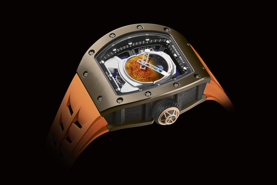 На циферблате часов RM 52-05 изображена Землю таr, как она видна с Марса – к тому  же зрелище помещено на смотровом щитке шлема астронавта