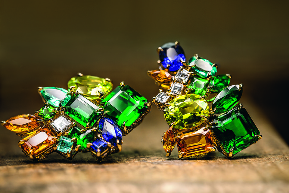 Серьги Vert Prairie Vert Tilleul демонстрируют нюансы зеленых, синих и оранжевых цветов драгоценных камней
