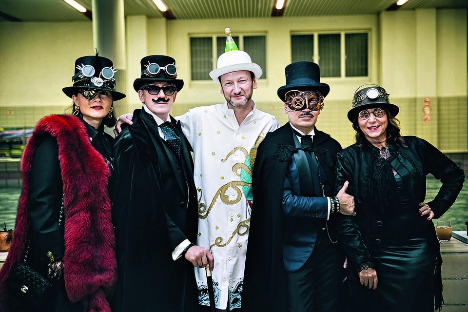 Дизайнер и сценограф Чарльз Кайсин (на фото в центре) и участники одной из его костюми-рованных вечеринок