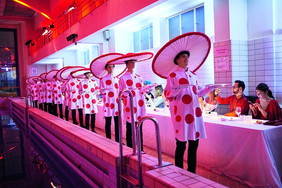 Готовясь к своим «шоу», Кайсин разрабатывает костюмы не только для гостей, но и для официантов