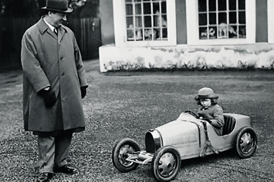 Этторе Бугатти, основатель Bugatti, и его младший сын в подаренной ему мини-версии Type 35, 1926 года