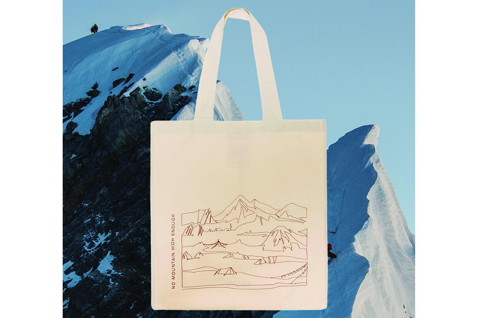 Сумка украшена горными пейзажами и слоганом «No Mountain High Enough»