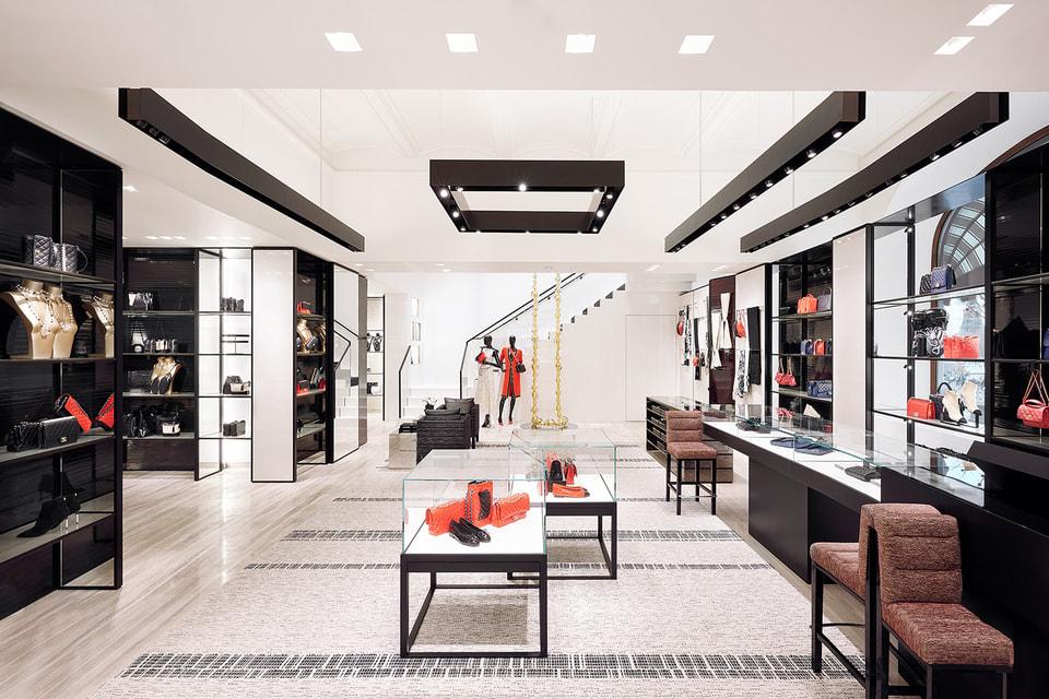 В глубине зала  с потолка спускается гирлянда в виде колье из шаров муранского стекла скульптора Жан-Мишеля Оттониэля – она символизирует жемчужные нити, любимые мадемуазель Шанель