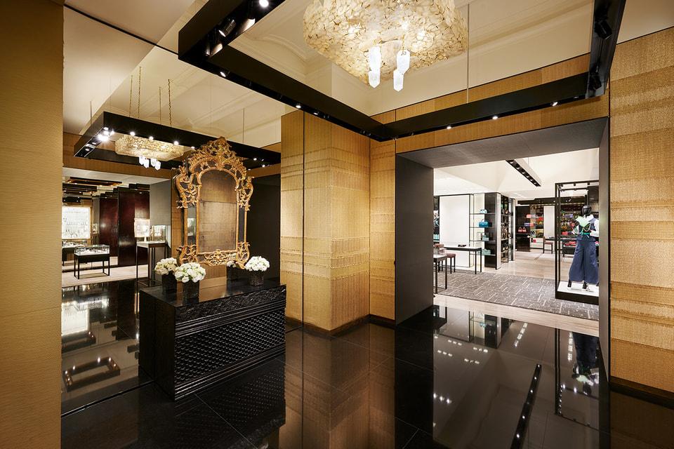 Отдельная зона в бутике посвящана часам и украшениям Chanel