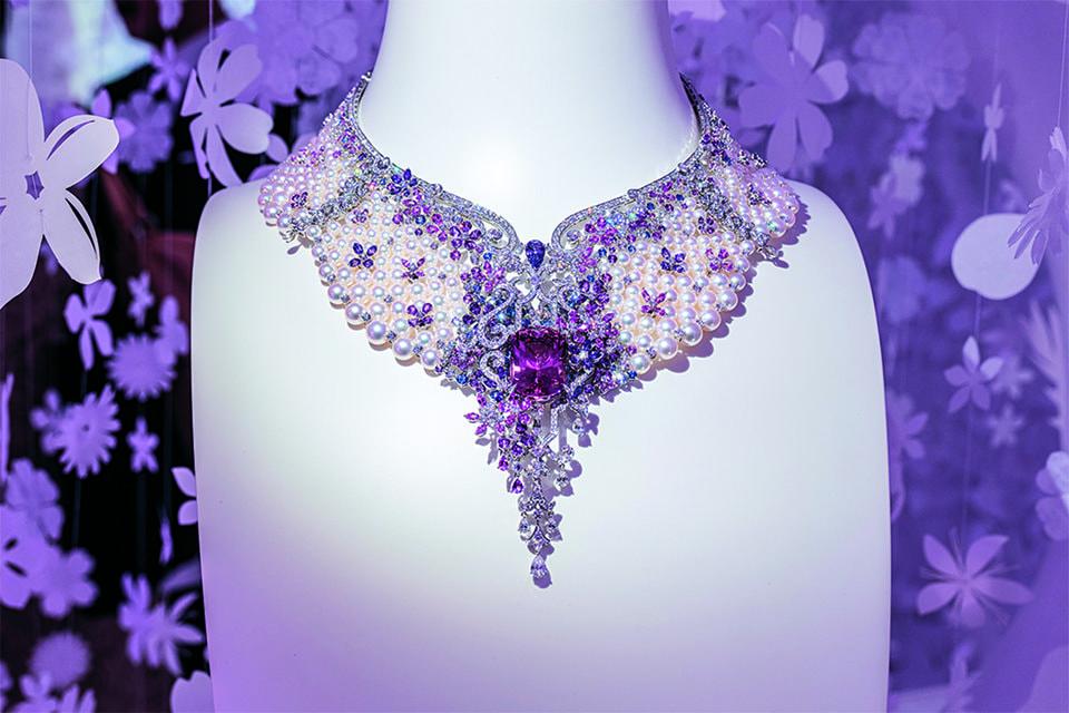 Колье-воротник из жемчуга акойя с центральным розовым турмалином и цветами из синих и лиловых сапфиров и бриллиантов