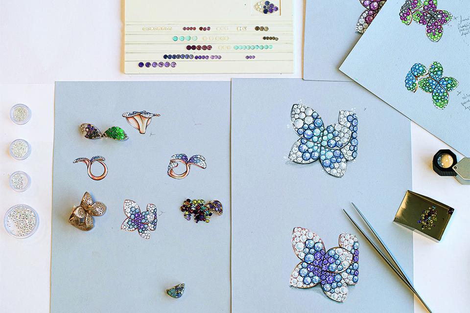 Цвет и размер драгоценных камней в Pasquale Bruni подбираются по детализированным акварельным рисункам будущих украшений