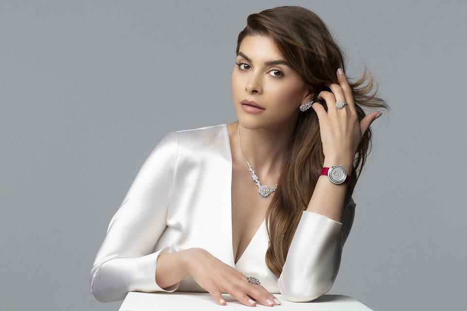 Модель и журналист Шива Сафай в украшениях из коллекции Piaget Rose и в часах Possession