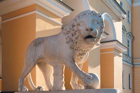 Мраморные львы работы Паоло Трискорни на входе в особняк