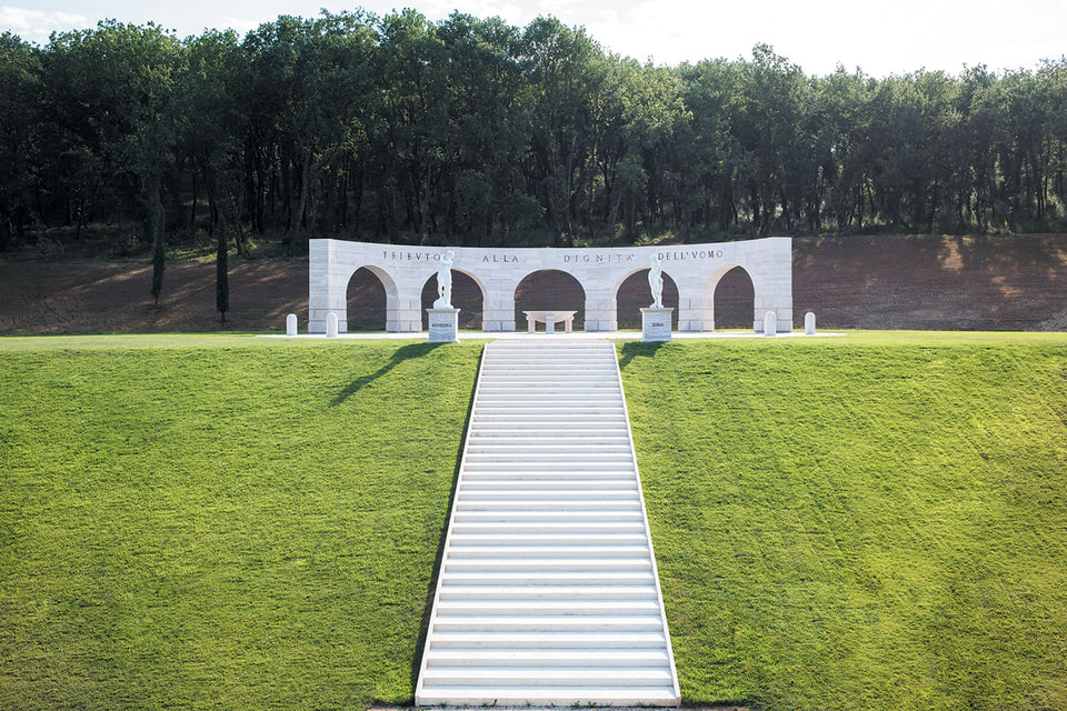 Памятник «Дань человеческому достоинству» на территории фабрики