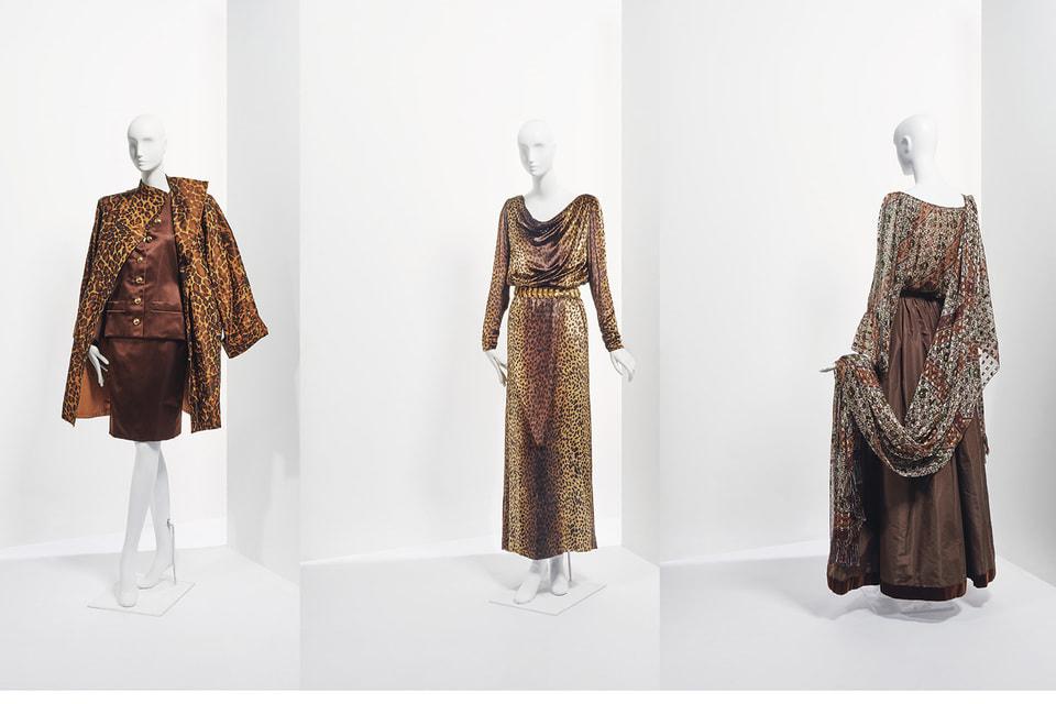 Слева-направо: леопардовое пальто и коктейльный соктюм из осенне-зимней коллекции 1986/87 (оценка €800-1200); бархатное платье из осенне-зимней коллекции 1992/93 (оценка: €1 000 – 1 500); вечерний ансамбль из осенне-зимней коллекции haute-couture 1977/78 (оценка: €3 000 – 5 000)