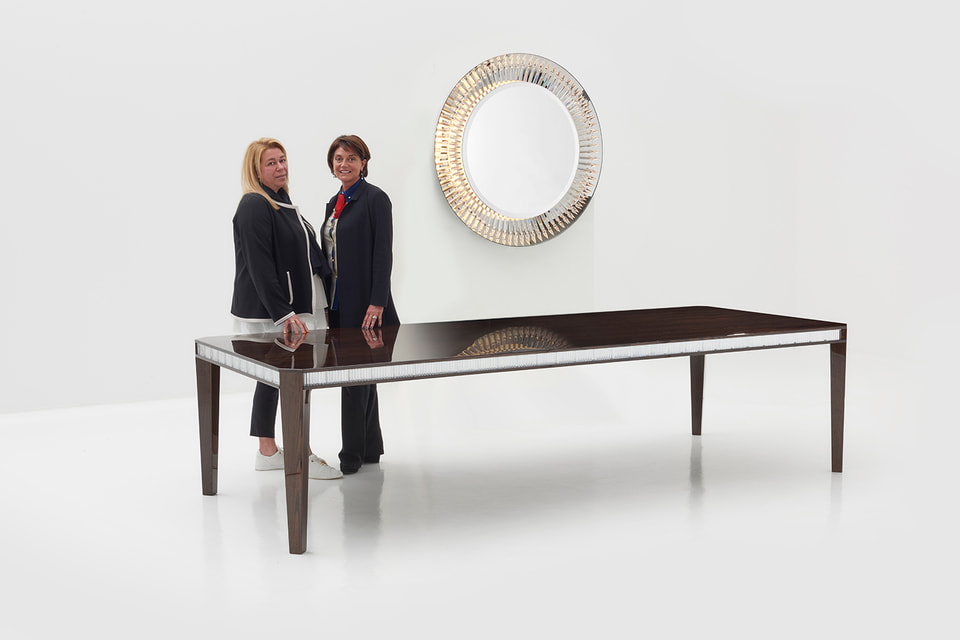 Президент Luxury Living Group Рафаэлла Винателли и глава Baccarat Даниэла Риккарди на фоне стола Baccarat La Maison, созданном при участии дизайнера Чафика Газми