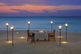 Романтический ужин при свечах на берегу океана в Milaidhoo Island Maldives