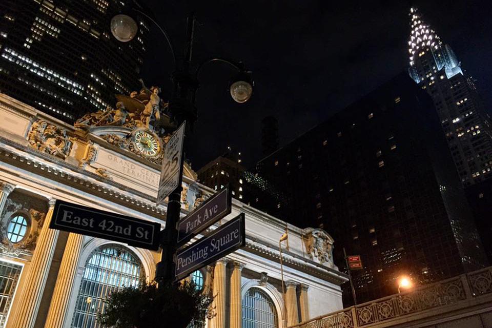 Центральный вокзал (слева) — старейший и известнейший вокзал Нью-Йорка; Chrysler Building (справа), один из символов Нью-Йорка — небоскреб, построенный в 1930 году по проекту архитектора Уильяма ван Алена, весной 2019 года выставили на продажу 150 млн долларов