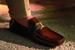 Для нового креативного директора Tod's Вальтера Кьяппони, вступившего в должность в ноябре 2019 года, коллекция весна-лето resort 2020 стала первой. Он с энтузиазмом взглянул на наследие бренда и представил свои версии сразу в двух линиях обуви – женской и мужской. В мужской линии Кьяппони немного видоизменил силуэт моделей T Gommino, T Moccasin и Beatle и расширил палитру природных цветов замши и телячьей кожи – к темно-серым, коричневым, шоколадным он добавил оттенки коньяка и особого оттенка кожи vacchetta