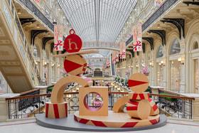 Инсталляции из предметов petit h встречают и завлекают гостей в бутик Hermes в галереях на первом и втором этажах ГУМа