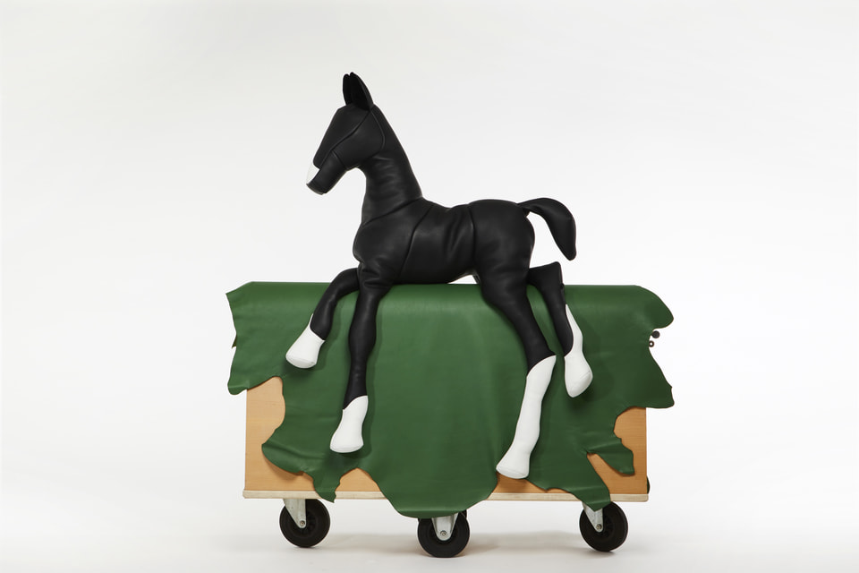 Декоративная фигура лошади из кожи и молний