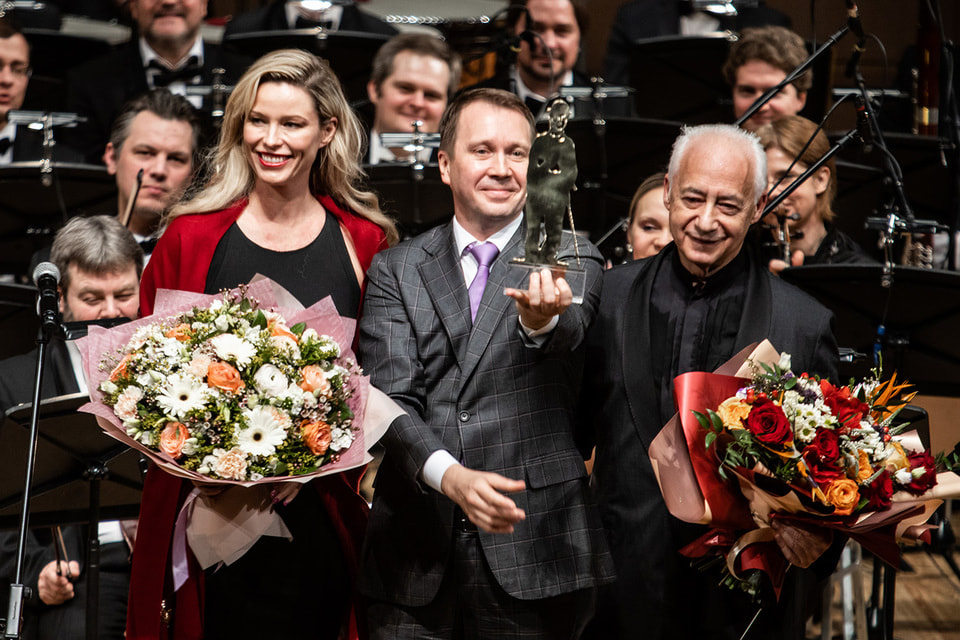 Церемония вручения премии: на сцене – Кира Чаплин, Евгений Миронов, Владимир Спиваков