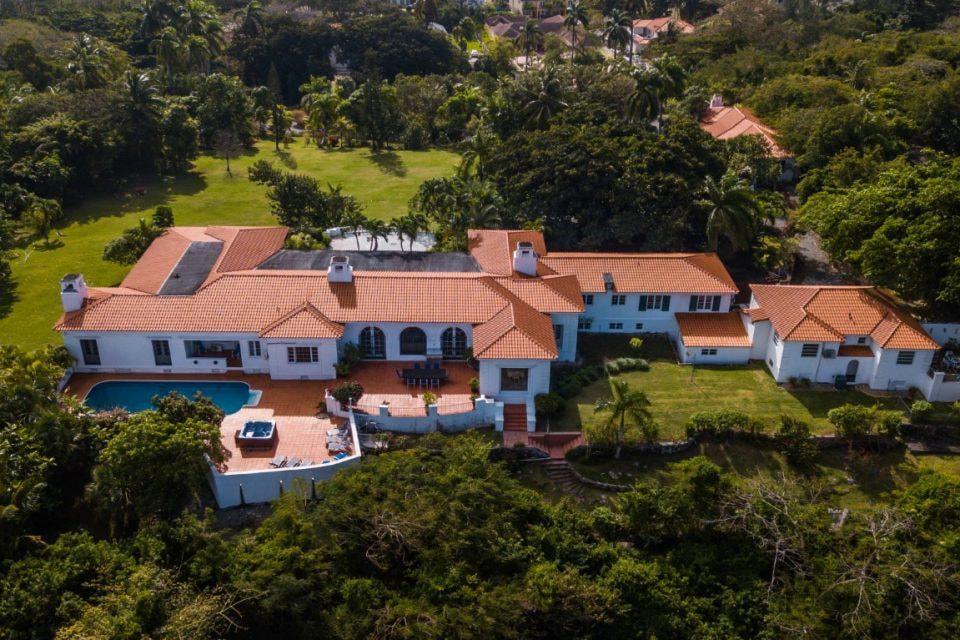 Дом был построен в 1939 году британским магнатом Фредериком Сигристом. Выполнен в испанском колониальном стиле. Расположение дома выбрано крайне удачно и позволяет насладиться уникальными видами на Атлантический океан