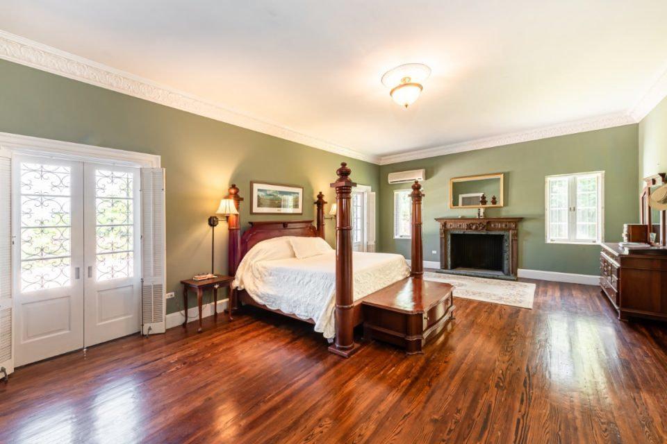 На территории площадью 1400 кв.м. помимо резиденции Виндзоров располагаются также два гостевых дома, в каждом из которых по четыре спальни, и апартаменты с тремя спальнями. Всего поместье насчитывает 15 спален и 14 ванных комнат