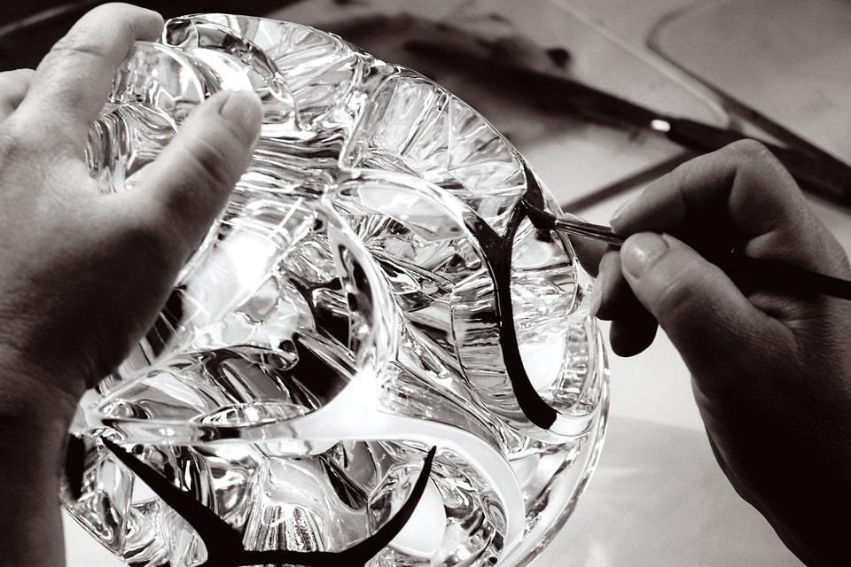 Процесс росписи вазы «Вихрь», которая впервые была создана в 1926 году и до сих пор является бестселлером Дома