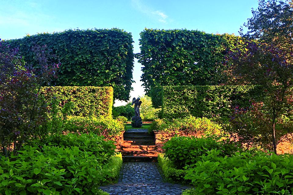 Замок в имении Гривко окружает итальянский сад, где на лужайке, засеянной ландышами, крокусами и подснежниками, цветущими в свой час, каменный Амур сгибает лук