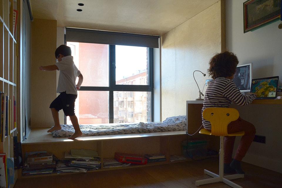Для подростка Матвея и малыша Демьяна предусмотрены отдельные комнаты, но играют они вместе