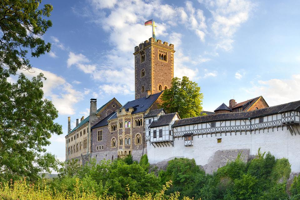 Замок Вартбург, как и следует крепости, надежно окружен лесом