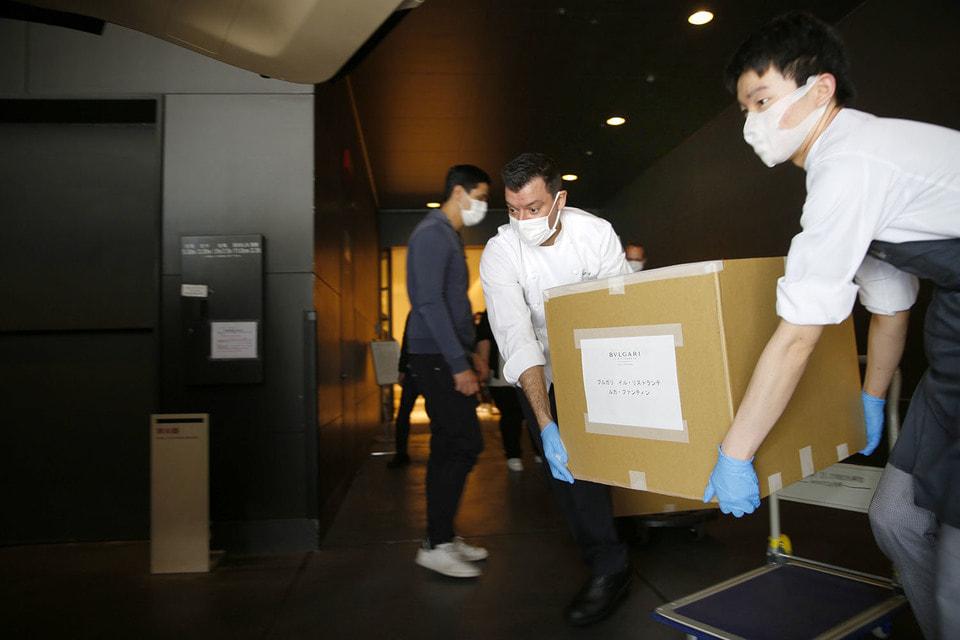 Готовые ланч-боксы стерильно пакуются в коробки и отправляются в токийские больницы