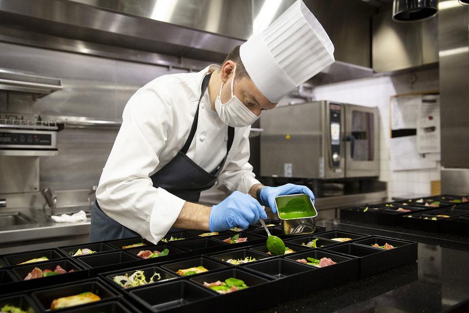 Шеф-повар Лука Фантин лично готовит гастрономические ланчи для врачей токийских больниц