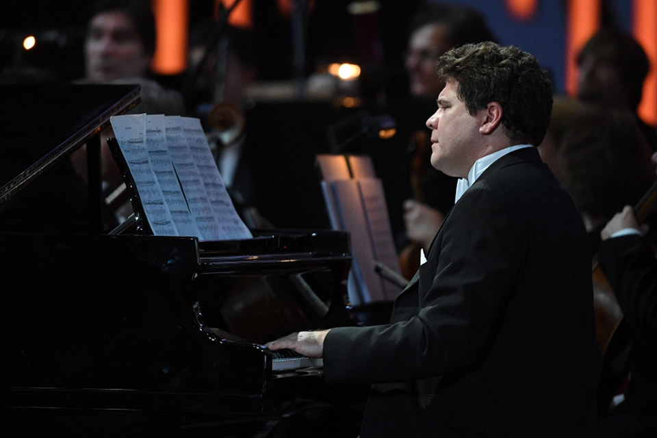 Пианист Денис Мацуев сыграл свой первый онлайн концерт в пустом зале Московской филармонии