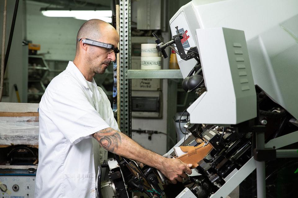 Микрокамера в очках мастера фиксирует все действия в режиме реального времени