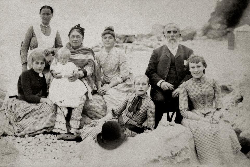 Абрикосовы Агриппина Александровна  с супругом Алексеем Ивановичем с детьми на отдыхе в Крыму, конец XIX в.