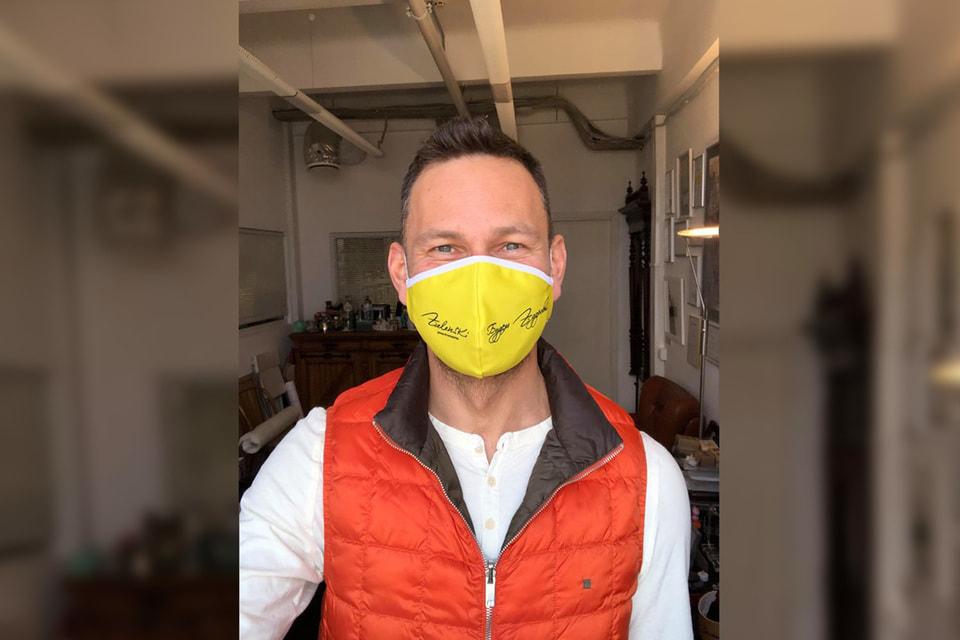 На время пандемии компания В. Зеленского переориентировалась на пошив масок