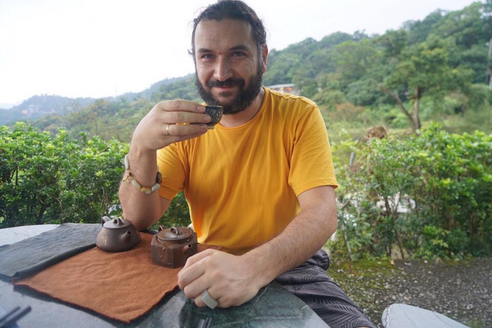 Сергей так увлекся темой чая, что даже выучил китайский язык