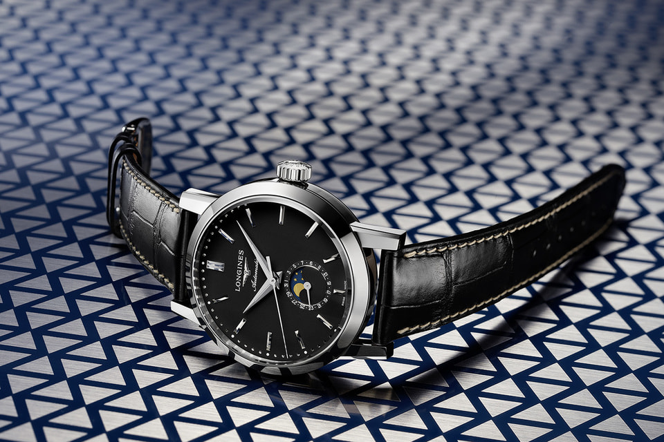Часы с индикатором фаз Луны – одна из трех версий нового издания мужских моделей Longines «1832» с черными матовыми циферблатами