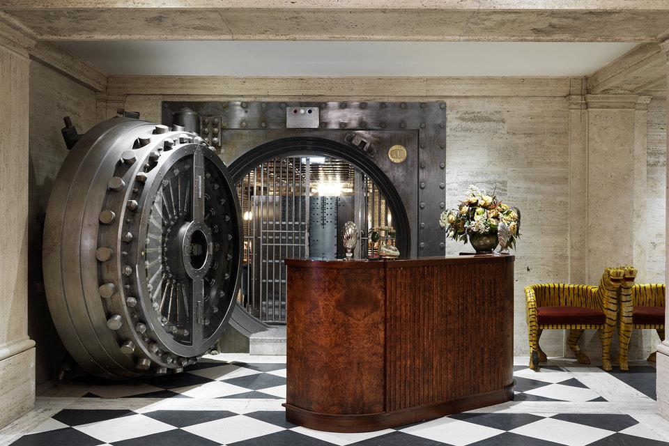 Эта массивная дверь весом в 20 тонн – вход в бар The Vault