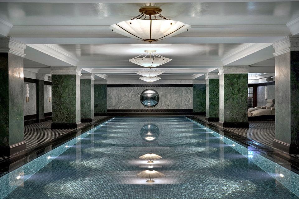 Бассейн расположен на цокольном этаже отеля