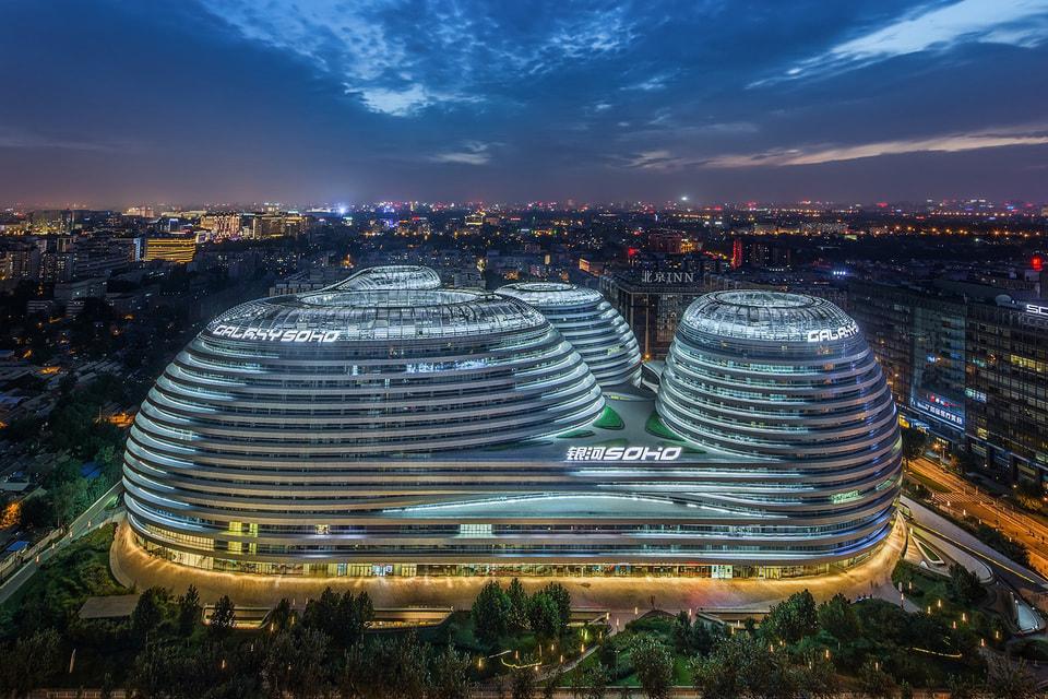 Торгово-офисный центр Galaxy Soho – первый проект Хадид в Китае