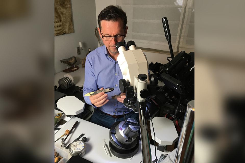 Рихард Майер часто использует микроскоп в своей работе