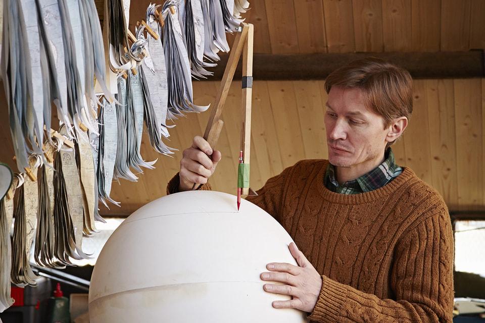 Мастер создает глобусы в соответствии с пожеланиями заказчиков