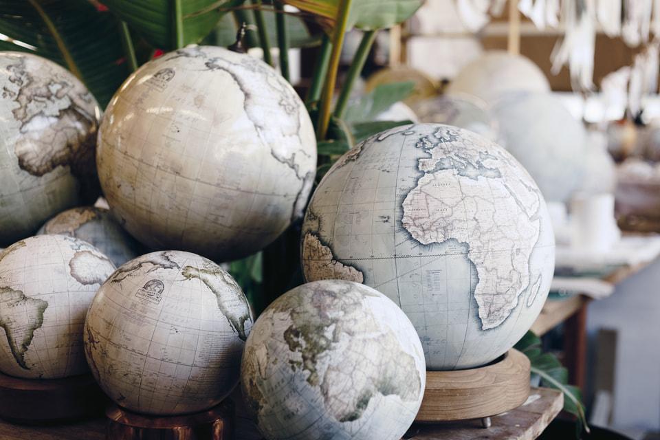 Глобусы авторства Питера Беллерби украшают многие частные дома