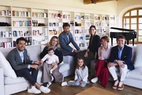 Большая итальянская семья Кучинелли. Слева направо: Риккардо Стефанелли с женой Камиллой Кучинелли и их детьми Пенелопой и Витторией. Выше сидит Алессио Пьястрелли с женой Каролиной Кучинелли, справа родители – Федерика Бенда и сам Брунелло Кучинелли
