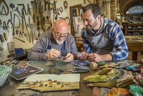 Мастера по обработке самоцветов отец и сын Ренцо и Леонардо Скарпелли