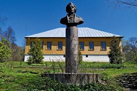 Перед музеем в усадьбе установлен бюст А.Т. Болотова
