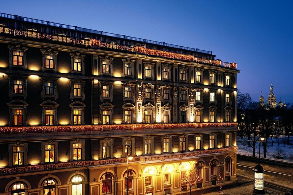 Фасад «Гранд Отеля Европа» особенно хорош в вечернее время