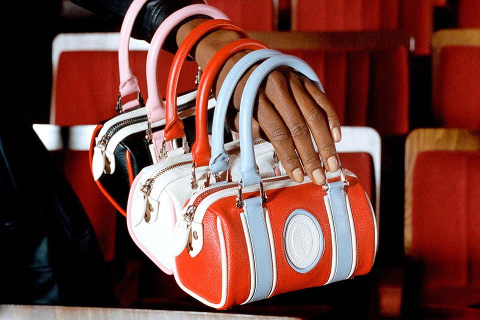 С такими сумками могли бы ходить героини фильмов Федерико Феллини, считают в Trussardi