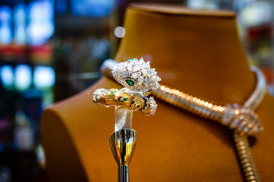 Колье и кольцо Serpenti; в ассортименте бутика присутствуют все знаковые коллекции ювелирных украшений и часов Дома