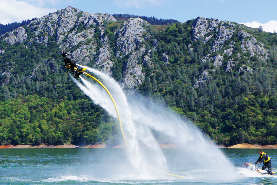 Для катания на джетоваторе нужны двое: один «летает», а второйподает газ