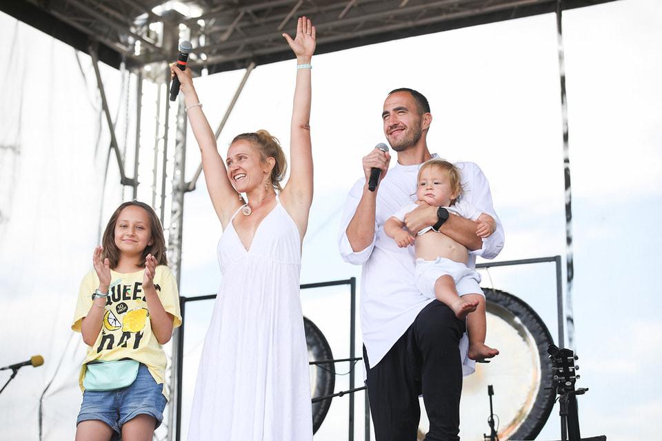 Рауф Асадов с супругой и единомышленницей Александрой Бондарчук и детьми
