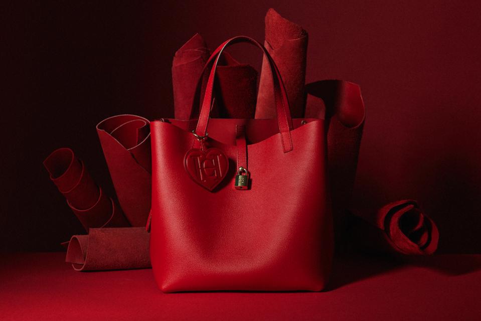 Часть выручки от продаж всех сумок и  аксессуаров Carolina Herrera будут перечислены в поддержку движения Красного Креста и  Красного Полумесяца